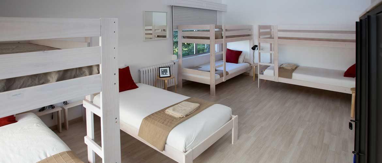 Dormitorio con literas y una ventana sobre el jardin