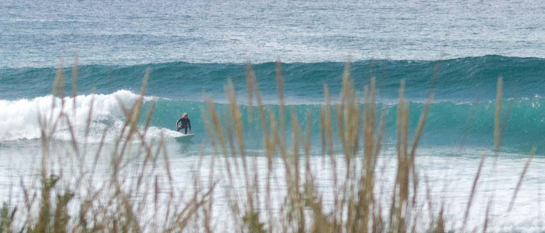 Surfer am Hausstrand von Valdoviño surft eine schöne linksbrechende Welle